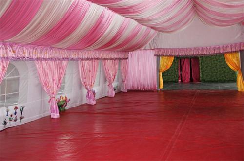 在这金碧辉煌的欧式婚宴充气帐篷里